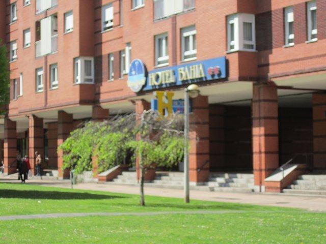 Fachada del hotel hahia gijon en ella observamos el pasadizo que da a la plaza donde esta la entrada al hotel